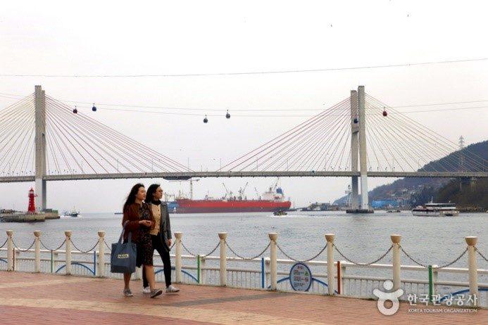 Cáp treo trên biển chạy bên cạnh cầu Geobukseon